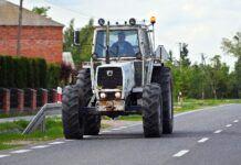 JG-policja-traktor, wjechał w płot