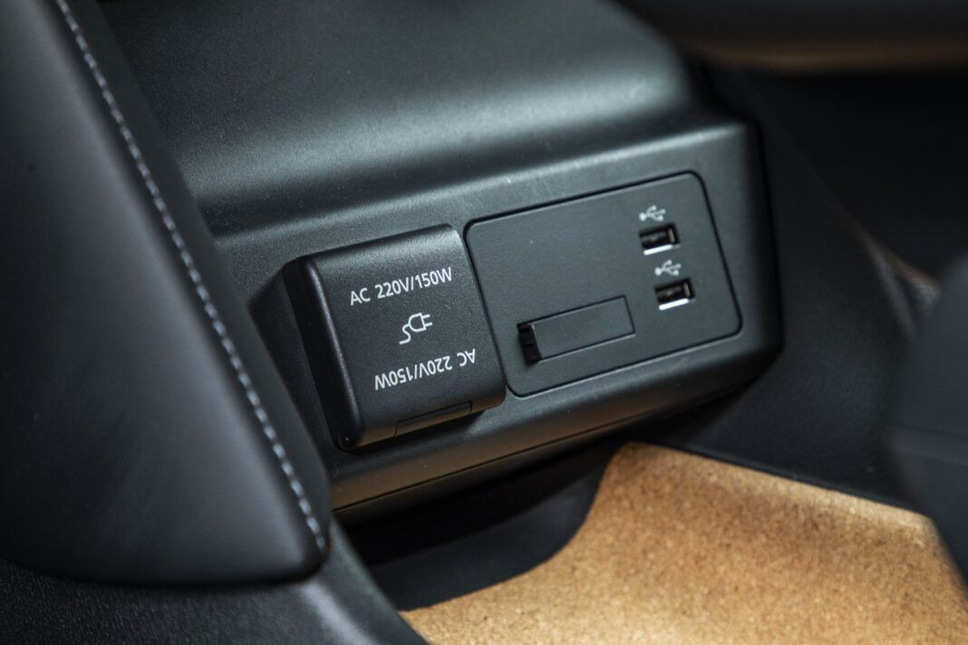 Mazda MX-30 - test (2021) - gniazda USB i 230 V