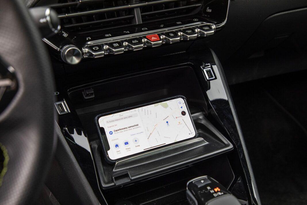 Peugeot e-2008 - test (2021) - tacka na smartfon