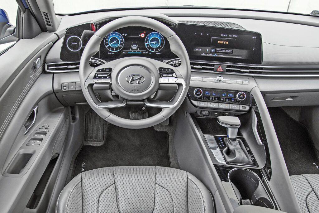 Hyundai Elantra - deska rozdzielcza