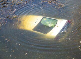 Pijany kierowca wjechał do rzeki. Cudem uniknął tragedii