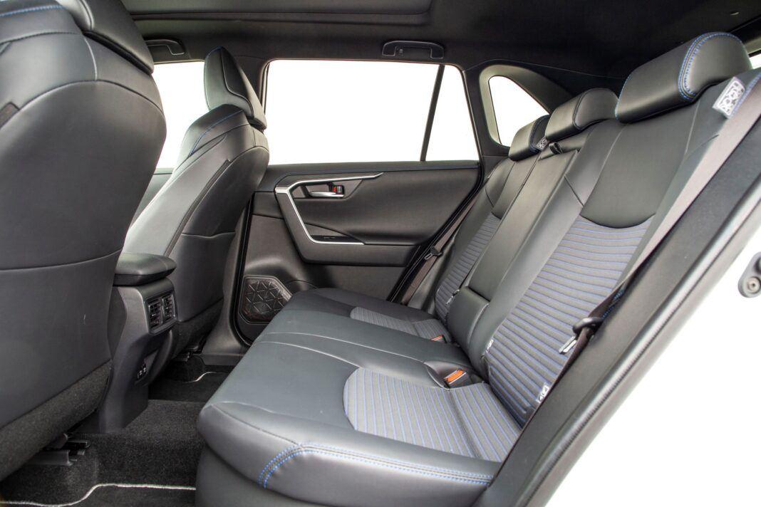 Toyota RAV4 - kanapa