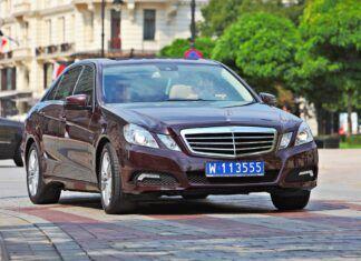Samochody z niebieskimi tablicami. Czym jeżdżą dyplomaci?