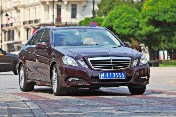 Mercedes klasy E z Ambasady Zjednoczonych Emiratów Arabskich