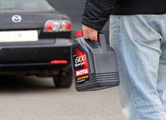 Co zrobić z zużytym olejem silnikowym? Gdzie oddać stary olej?