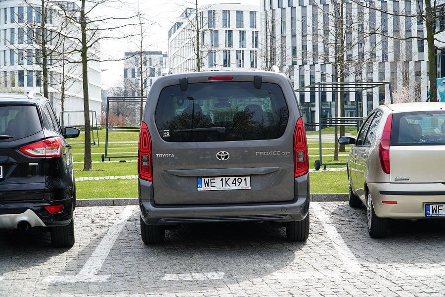 Zaparkowany przodem pojazd
