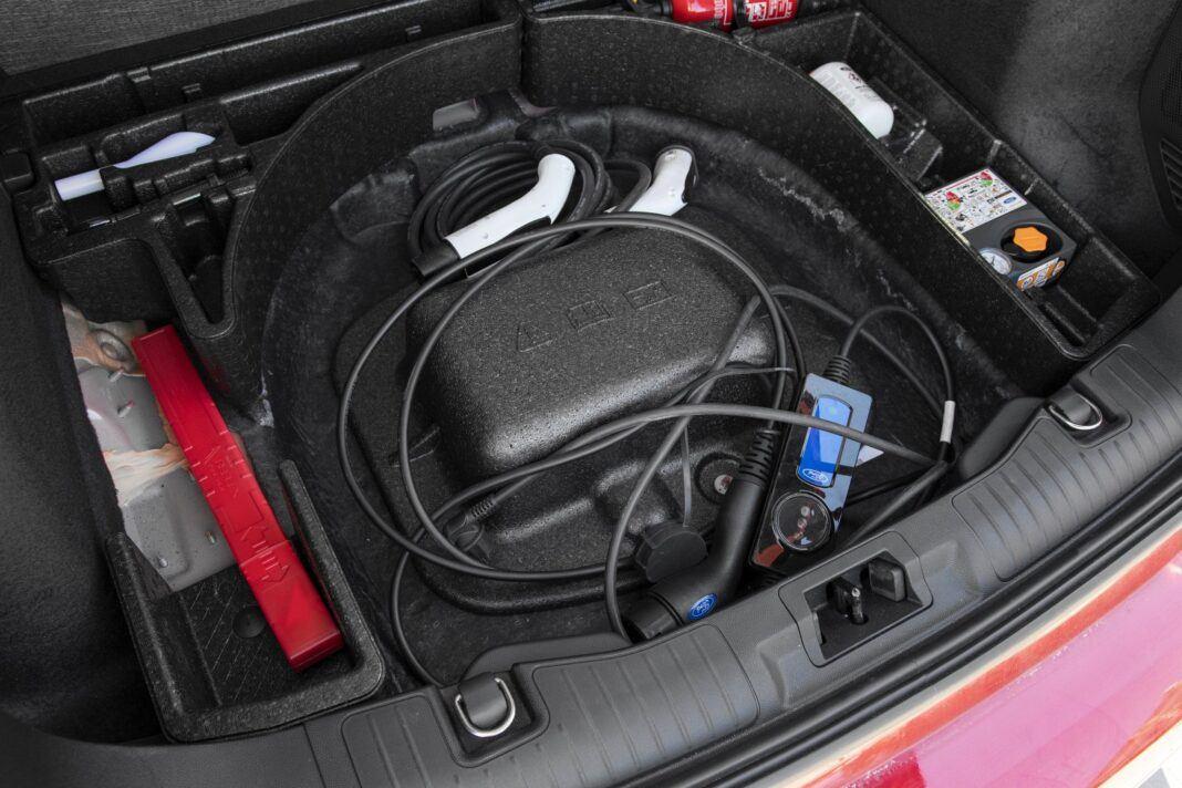 ford kuga plug-in hybrid 2021 test organizer pod podłogą bagażnika