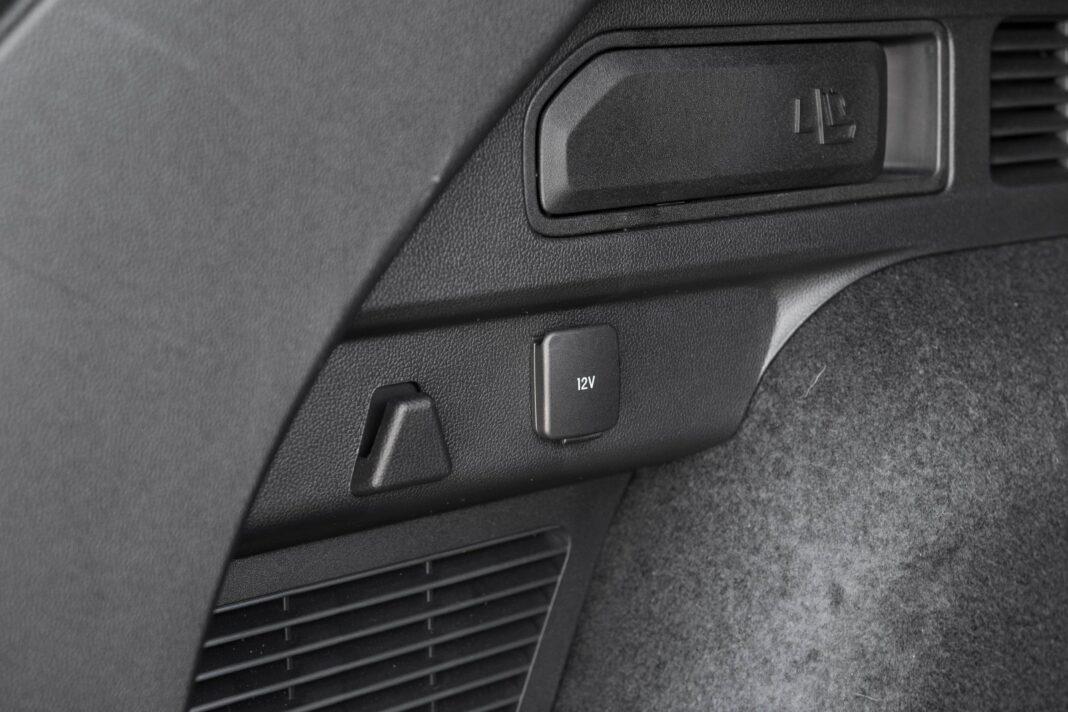 ford kuga plug-in hybrid 2021 test składanie bagażnika