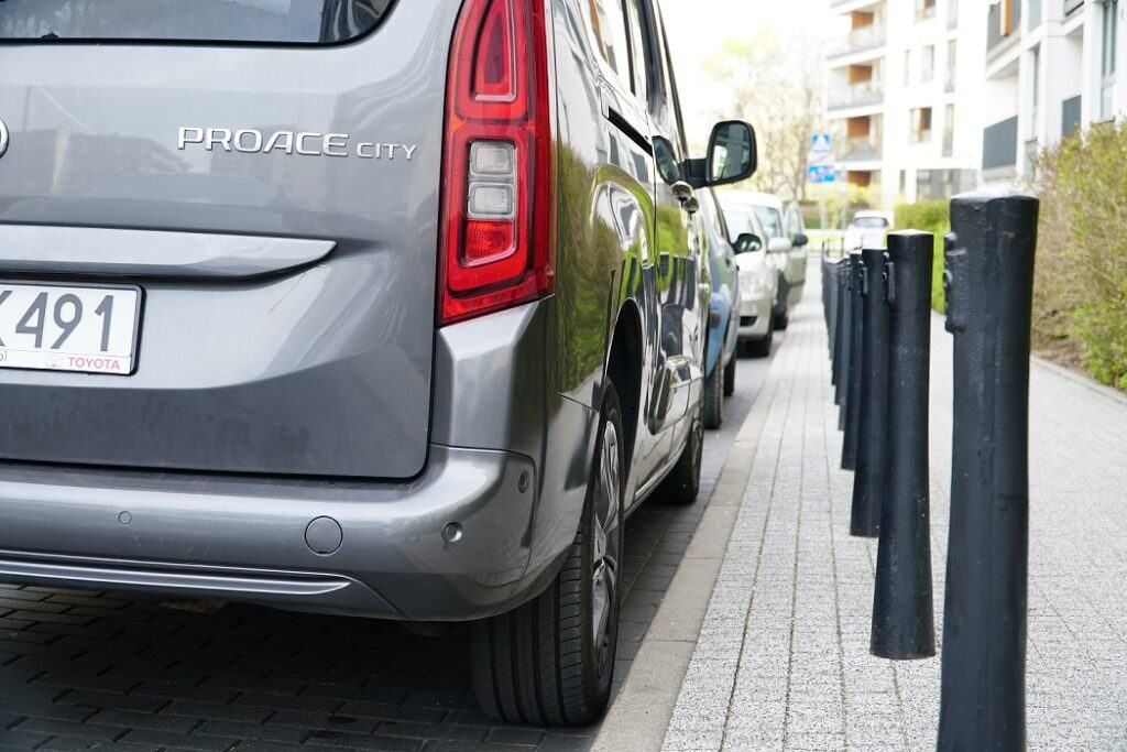 Prawidłowa odległośćod krawężnika zaparkowanego pojazdu