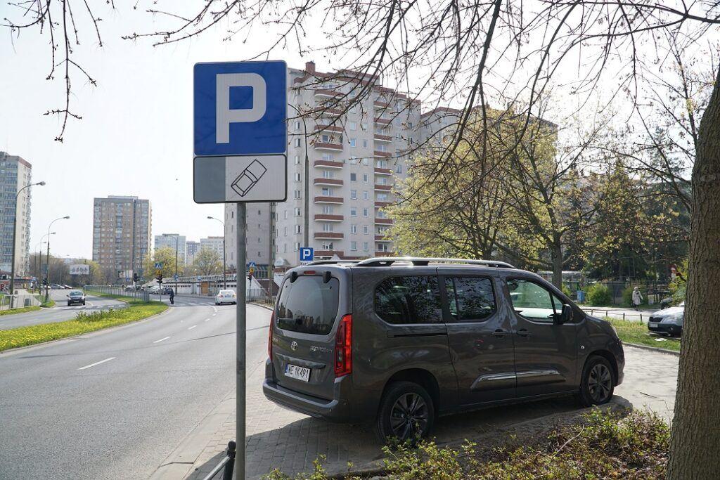 Pojazd zaparkowany skośnie