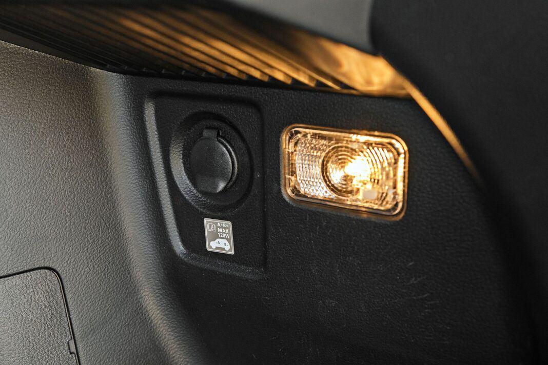 Suzuki SX4 S-Cross Hybrid - gniazdo 12V