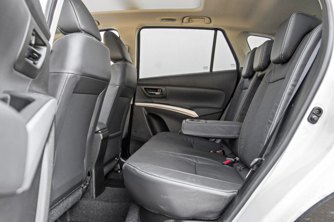 Suzuki SX4 S-Cross Hybrid - tylna kanapa