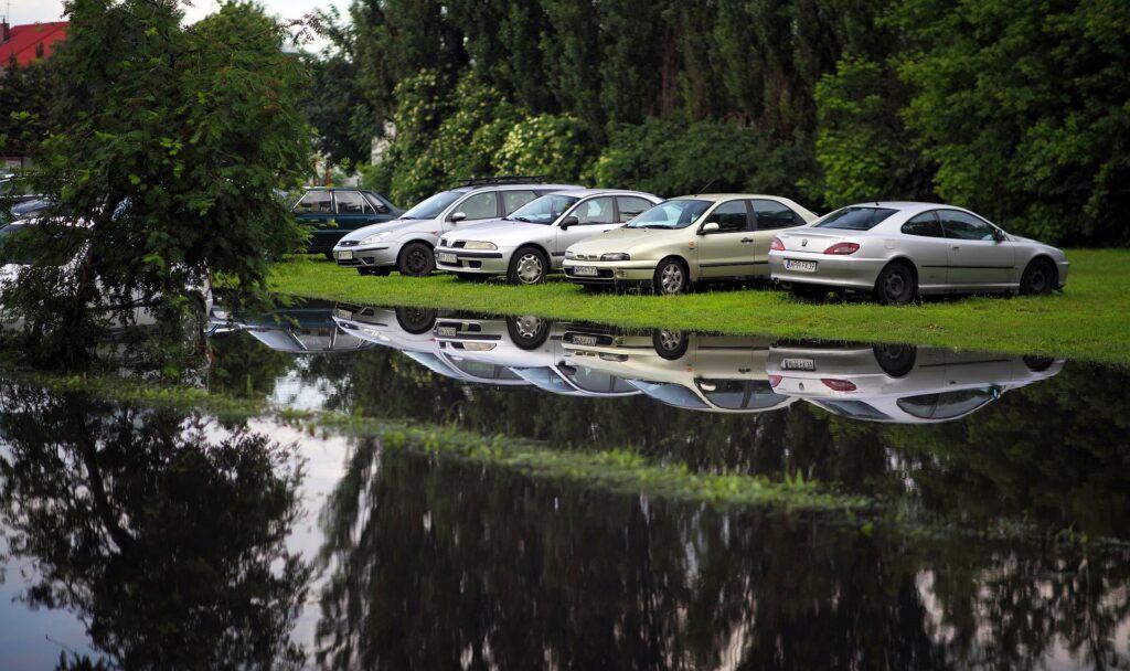 Powódź, zalanie samochodu (2)