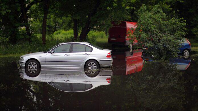 Powódź, zalanie samochodu
