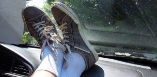Dlaczego lepiej nie kłaść nóg na desce rozdzielczej