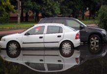 Samochód po powodzi