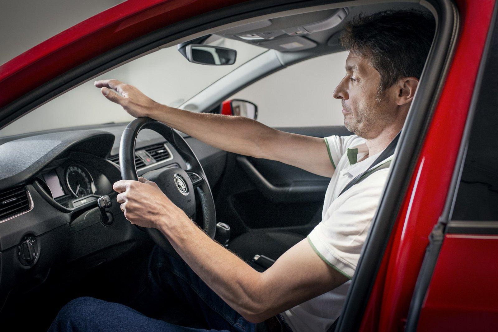 Skoda ustawienie rąk na kierownicy