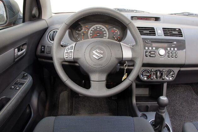 Suzuki Swift IV deska rozdzielcza (2)