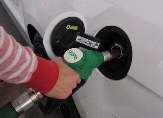 Jak taniej kupować paliwo? Można oszczędzić kilkaset złotych rocznie!