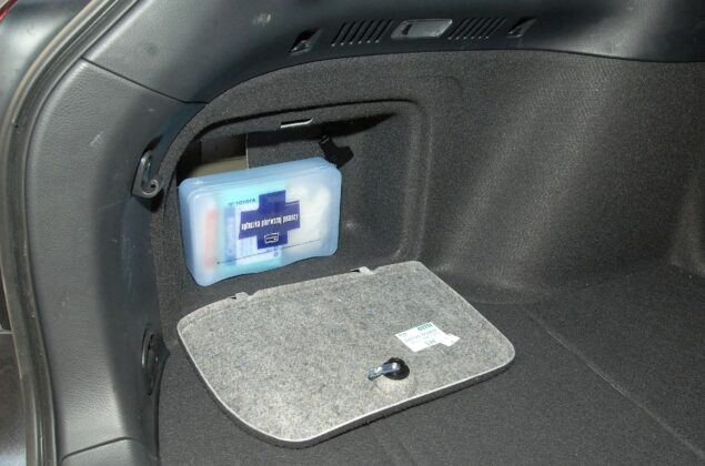 Toyota Avensis II schowek