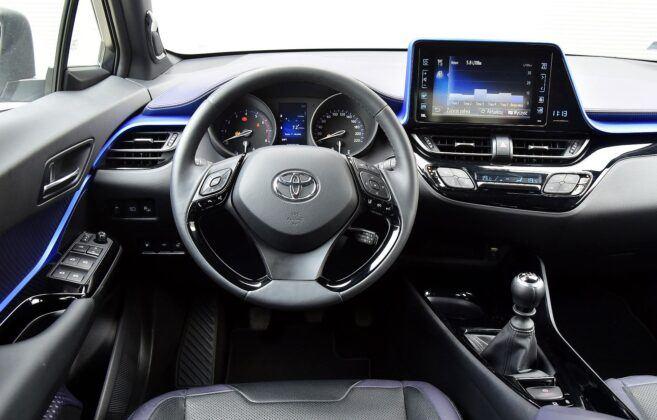 Toyota C-HR deska rozdzielcza (2)