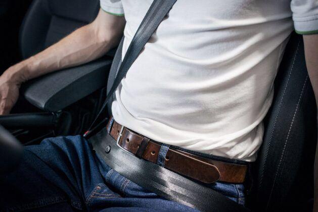 jak prawidłowo zapinać pasy bezpieczeństwa