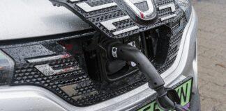 Czy samochód elektryczny można ładować w deszczu
