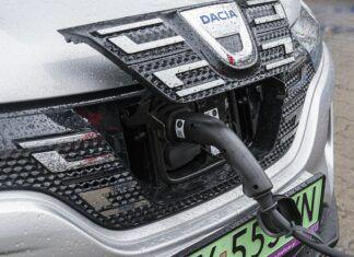 Czy samochód elektryczny można ładować w deszczu? Czy to bezpieczne?