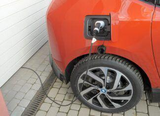 Czy samochód elektryczny można ładować w domu? Jak to robić?