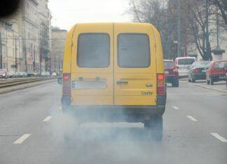 Samochód kopci na niebiesko: najczęstsze przyczyny niebieskiego dymu z auta
