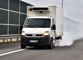 Samochód kopci na biało: jakie są przyczyny białego dymu z wydechu?