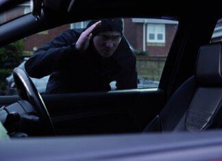 10 metod kradzieży aut. Możesz się przed nimi zabezpieczyć!
