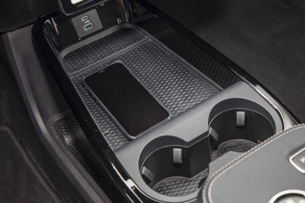 Ford Mustang Mach-E RWD 98 kWh - test (2021) - ładowarka indukcyjna (bezprzewodowa) dla smartfona