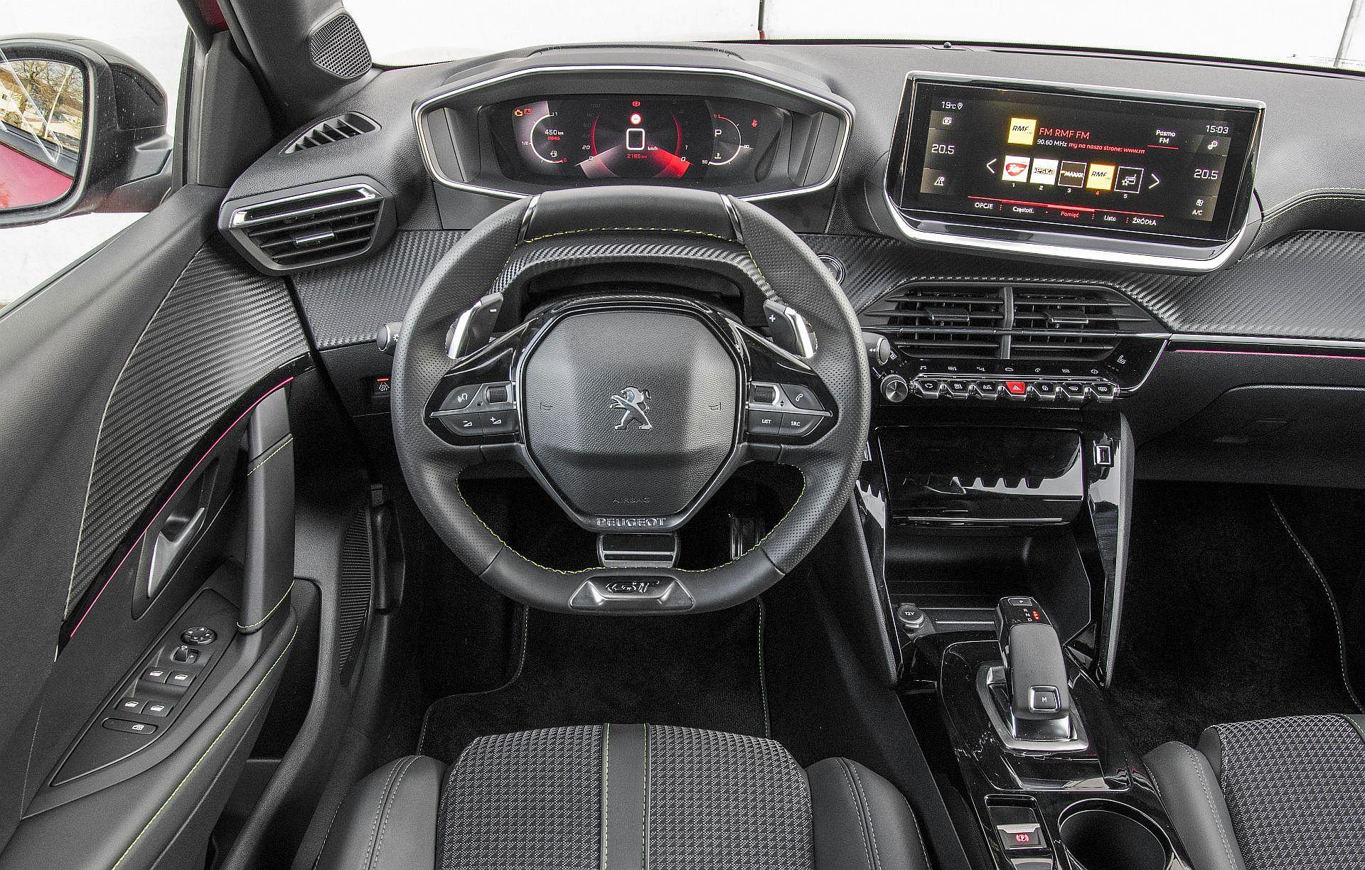 Peugeot 208 GT - deska rozdzielcza