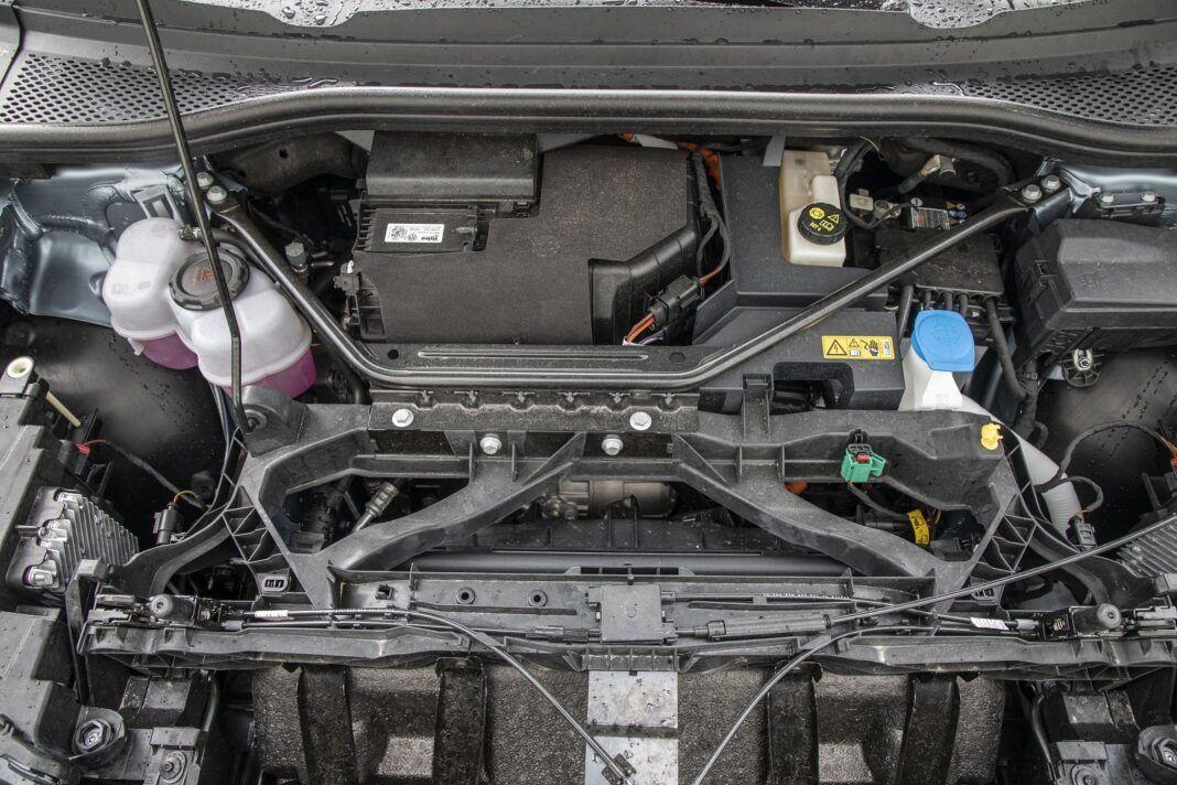 Audi Q4 e-tron test 2021 - pod maską