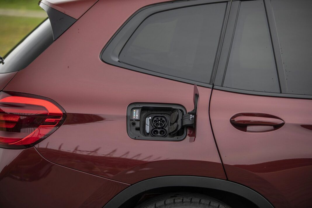 BMW iX3 - gniazdo ładowania umieszczone klasycznie w tylnym błotniku.