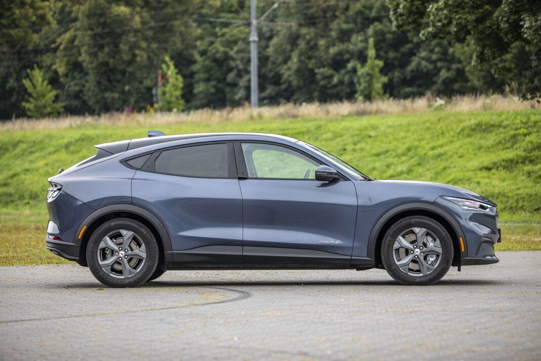 Ford Mustang Mach-E RWD 98 kWh - test (2021) - bok