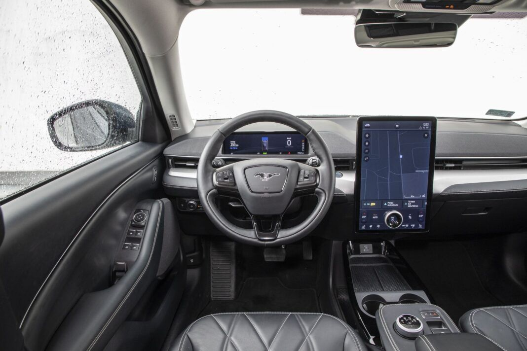 Ford Mustang Mach-E RWD 98 kWh - test (2021) - deska rozdzielcza