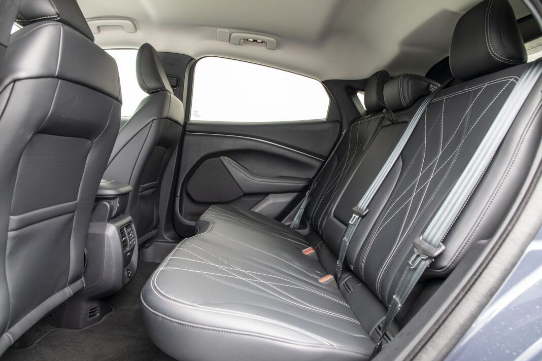 Ford Mustang Mach-E RWD 98 kWh - test (2021) - tylna kanapa