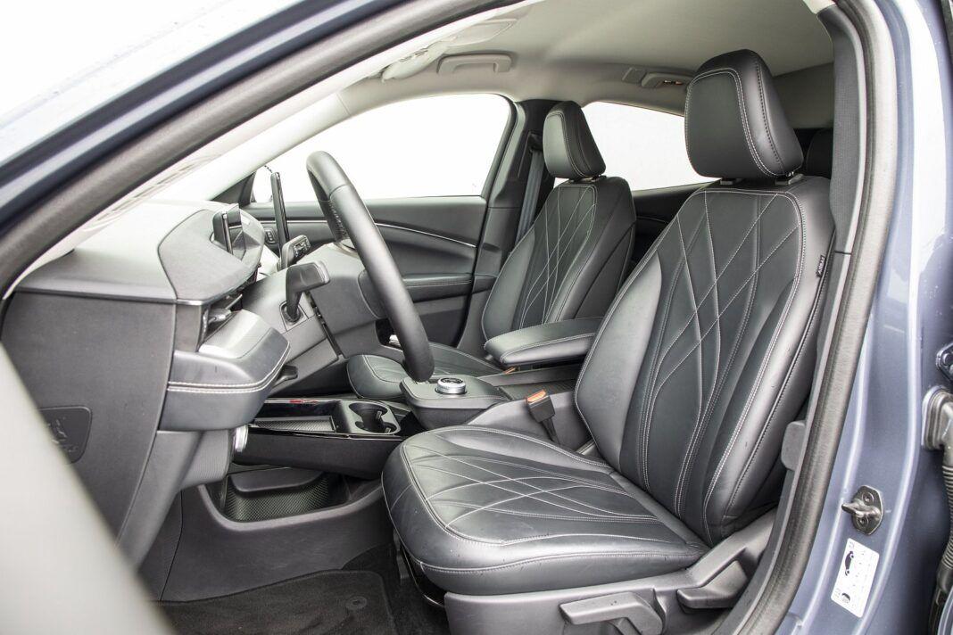 Ford Mustang Mach-E RWD 98 kWh - test (2021) - przednie fotele