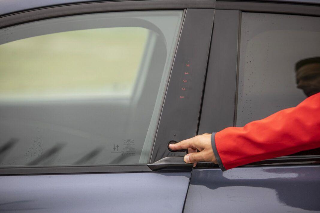 Ford Mustang Mach-E RWD 98 kWh - test (2021) - ukryty w słupku przycisk zamiast klamki