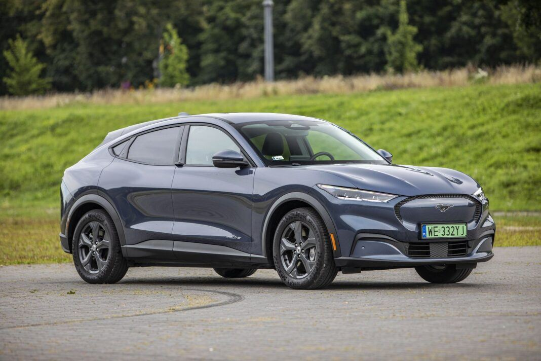 Ford Mustang Mach-E RWD 98 kWh - test (2021) - przód