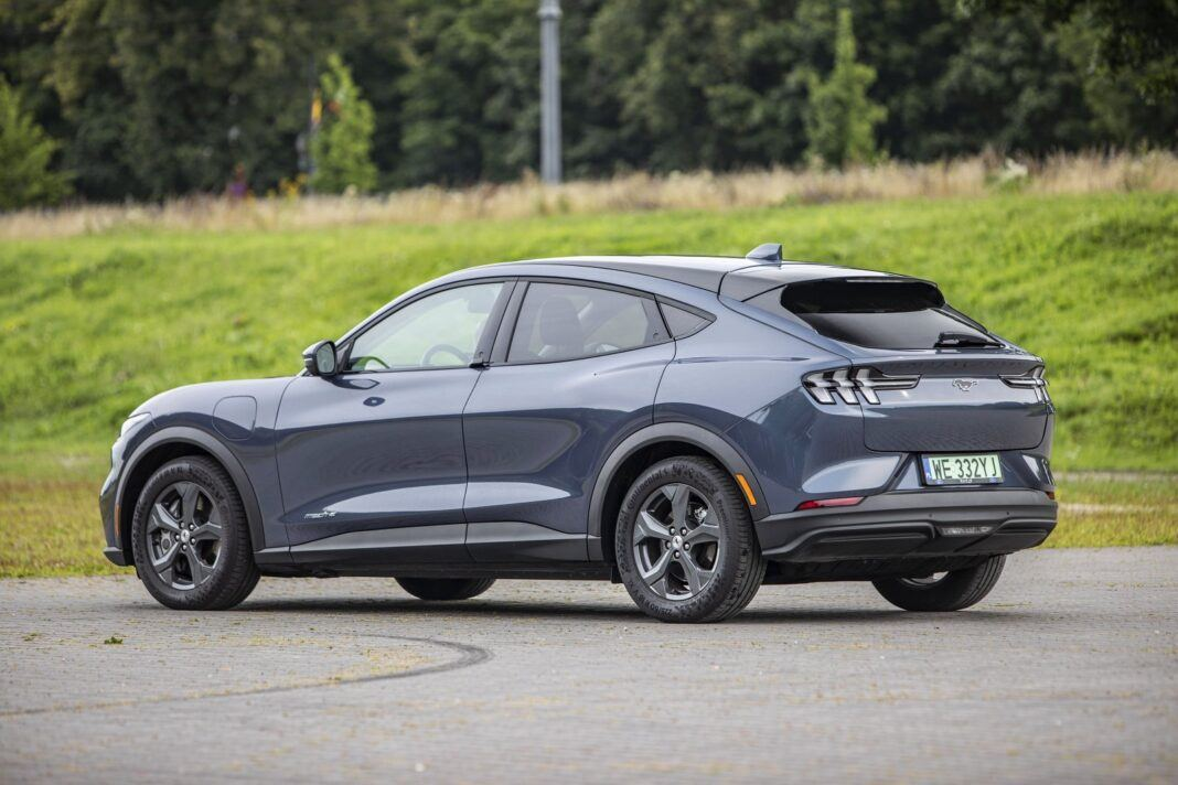 Ford Mustang Mach-E RWD 98 kWh - test (2021) - tył