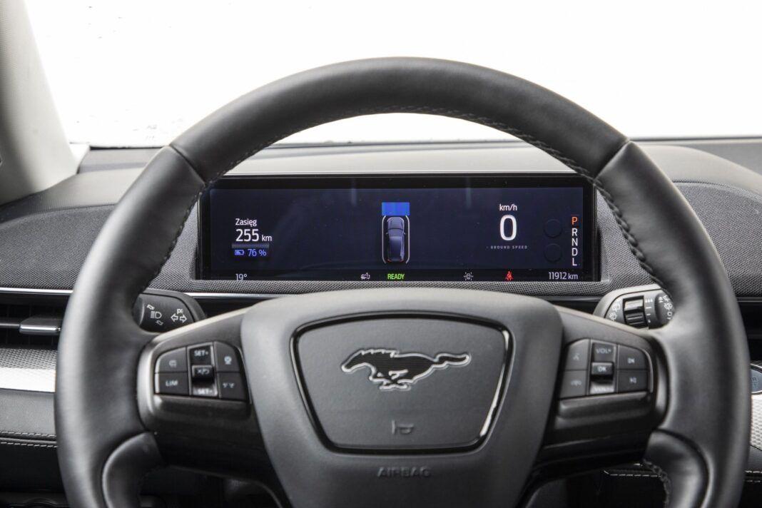 Ford Mustang Mach-E RWD 98 kWh - test (2021) - cyfrowe wskaźniki
