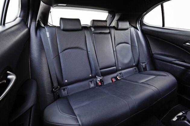 Lexus UX 300e - tylna kanapa