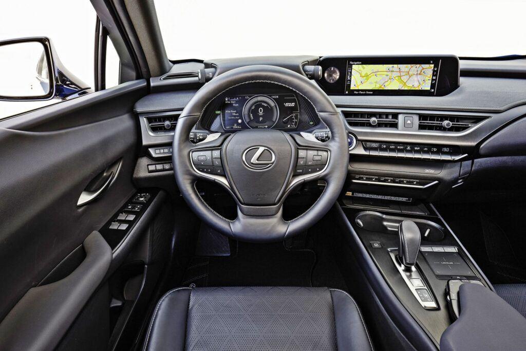 Lexus UX 300e - deska rozdzielcza