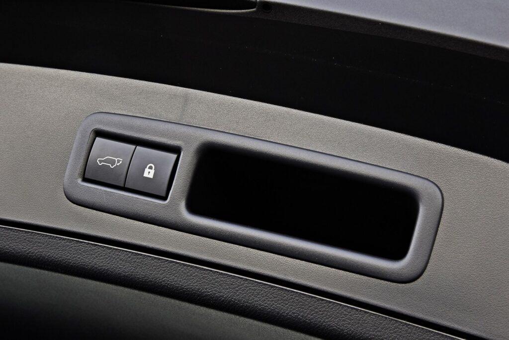 Lexus UX 300e - zamykanie bagażnika