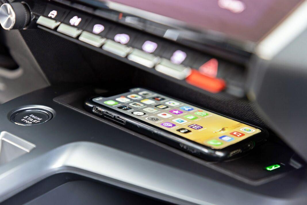 Peugeot 308 - ładowarka do smartfona