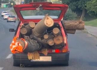 Wiózł Cinquecento stos drewna. Auto szorowało podłogą po jezdni!