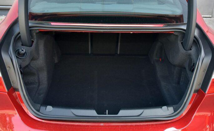 Jaguar XE - bagażnik